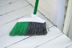 ほうきで掃き掃除