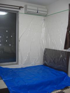 エアコン下にベッドがある場合の養生写真。ビニールをかけています。