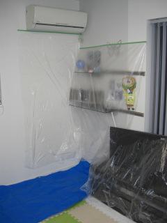 エアコンクリーニングの養生写真。壁や床、周辺にビニールをかけています。