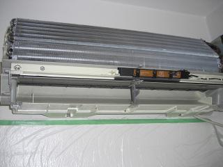 洗浄後のエアコン。カビ汚れもフィンの隙間のホコリもきれいになっています。