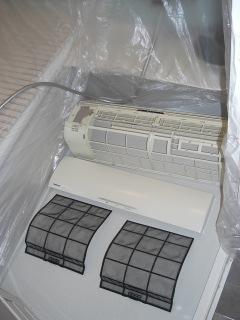 お風呂場でエアコンのカバーやフィルタなどの部品を洗浄した写真