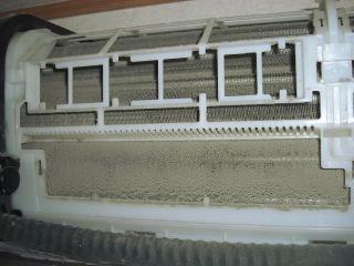 エアコンのカバーを外した状態の写真。