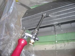 エアコン内部を高圧洗浄で水洗いしています