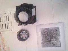 換気扇の部品がホコリで真っ黒です