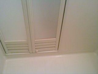 浴室の扉の汚れと黒ずみが落ちました