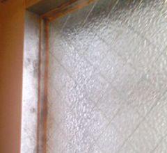 窓まわりにカビが付いています