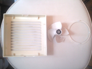 換気扇の部品を掃除して真っ白になりました